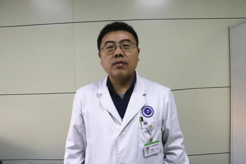 全程导医网 徐州肿瘤频道:1月9日下午,徐州肿瘤医院(原市三院)耳鼻喉头颈外科成功完成了首例腔镜甲状腺手术。与传统甲状腺手术不同,腔镜甲状腺手术更能满足年轻爱美人士的美容需求,同时,对手术操作标准也更加精细。为此,手术主刀医师、市肿瘤医院耳鼻喉头颈外科主任邢朝晖向大家讲述了此次手术的经过。   17岁男孩颈部突然长出肿块 一查竟是肿瘤   今年17岁的壮壮(化名),家住丰县。去年四月份时,突然发现颈部突然长出了一个小肿块,当时并未在意,但肿块愈发变大起来,壮壮的父母才意识到问题,带着孩子前往当地医院检