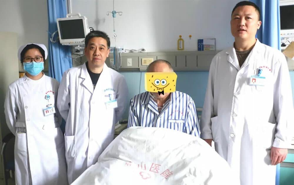 """全程导医网 徐州就医信息:12月12日,徐州市矿山医院副院长、主任医师陈雷博士带领心血管病中心医生团队,成功为一主动脉夹层患者实施了Hybrid手术(杂交手术,即血管旁路手术加介入支架术),拆除了患者体内的""""炸弹"""",帮助其重获""""心声""""。此项技术的开展为大动脉疾病患者带来了福音,也标志着徐州市矿山医院在血管疾病介入治疗方面提升到新的水平。目前患者恢复良好,已康复出院。    关键词:突发 凶险   57岁的刘先生家住山东,近两年跟随老乡在徐州附近打工,患有"""